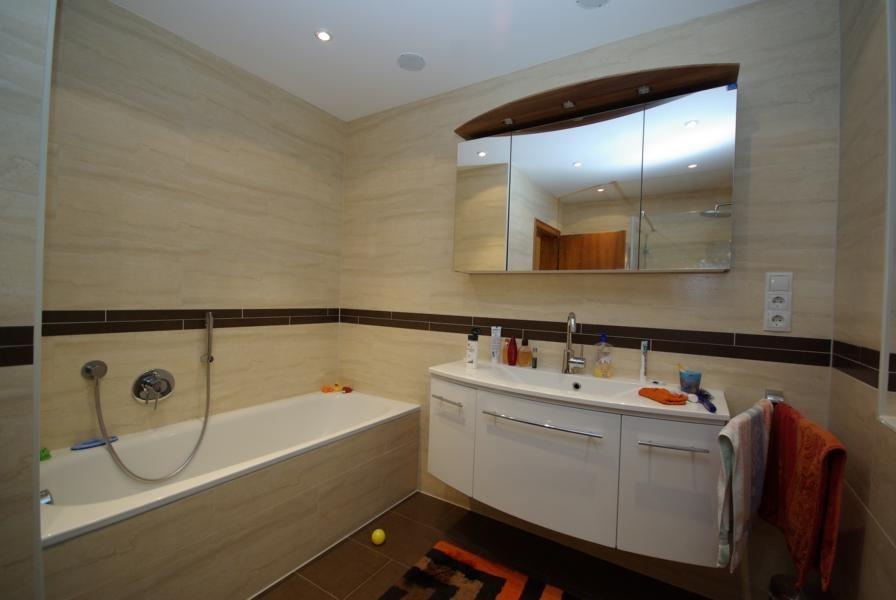 Durchgehende Duschablage bis zum Eck-WC