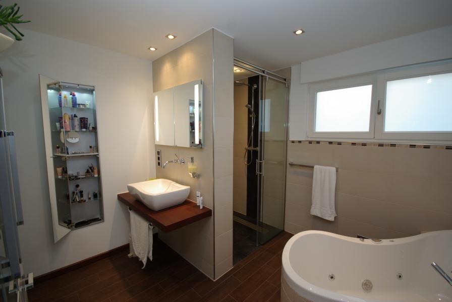 Durch Trennwand, separater Duschbereich